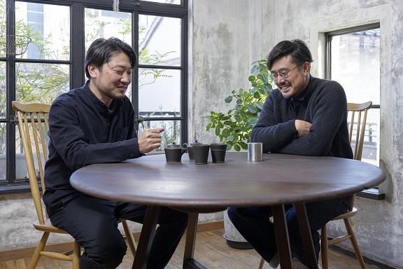 茶筒製造・開化堂 八木隆裕さん、陶芸家・中村譲司さんの打ち合わせの様子