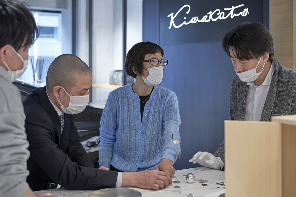 Kiwakoto本店にて本店にて妹島さんとクラフツマンと打ち合わせの様子