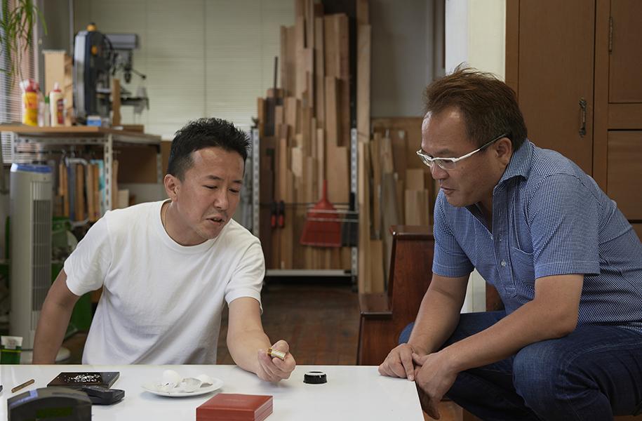 装飾方法を職人と相談する西川さん