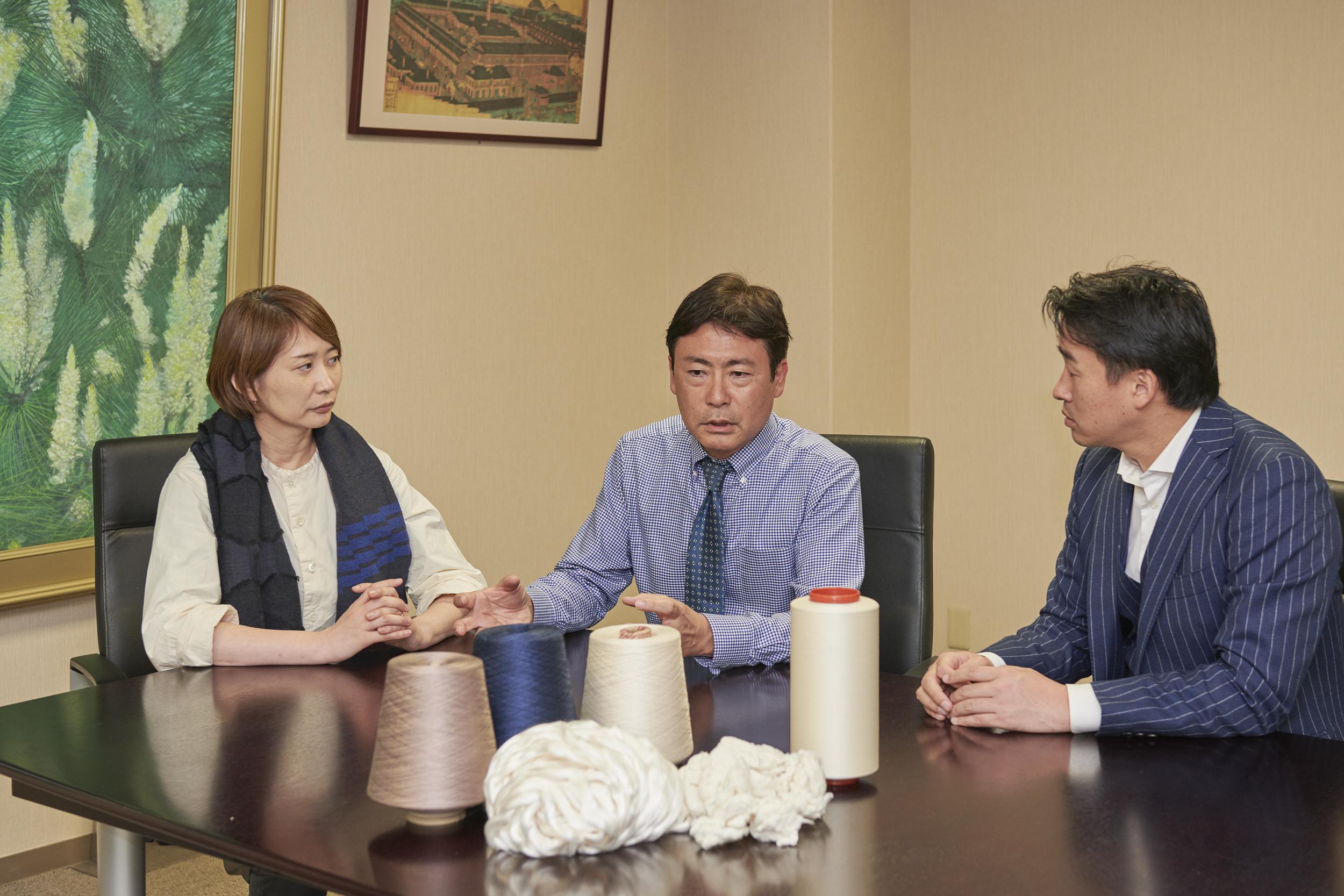 岡修三氏(松村株式会社繊維原料部部長)と梶原加奈子氏(テキスタイルデザイナー)との対談風景