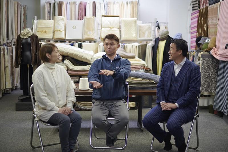 瀧谷芳則氏(瀧芳株式会社)と梶原加奈子氏(テキスタイルデザイナー)の対談風景