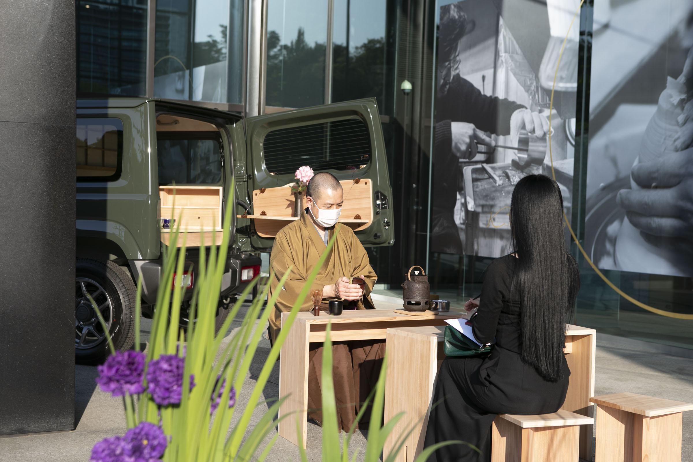 「ジムニー『動く茶室』」を実際に使用し東京の都心で野点をお楽しみいただきました。